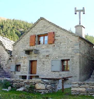 Affitto baita casa rustica di pietra in montagna sulle for Case rustiche interni