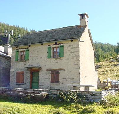 Affitto baita casa rustica di pietra in montagna sulle for Immagini di case di montagna